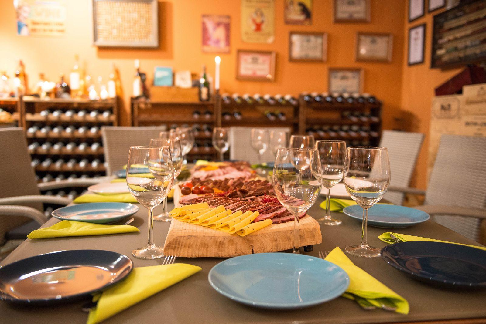Degustacja swojskich wędlin i serów, Picie wina, winna biesiada