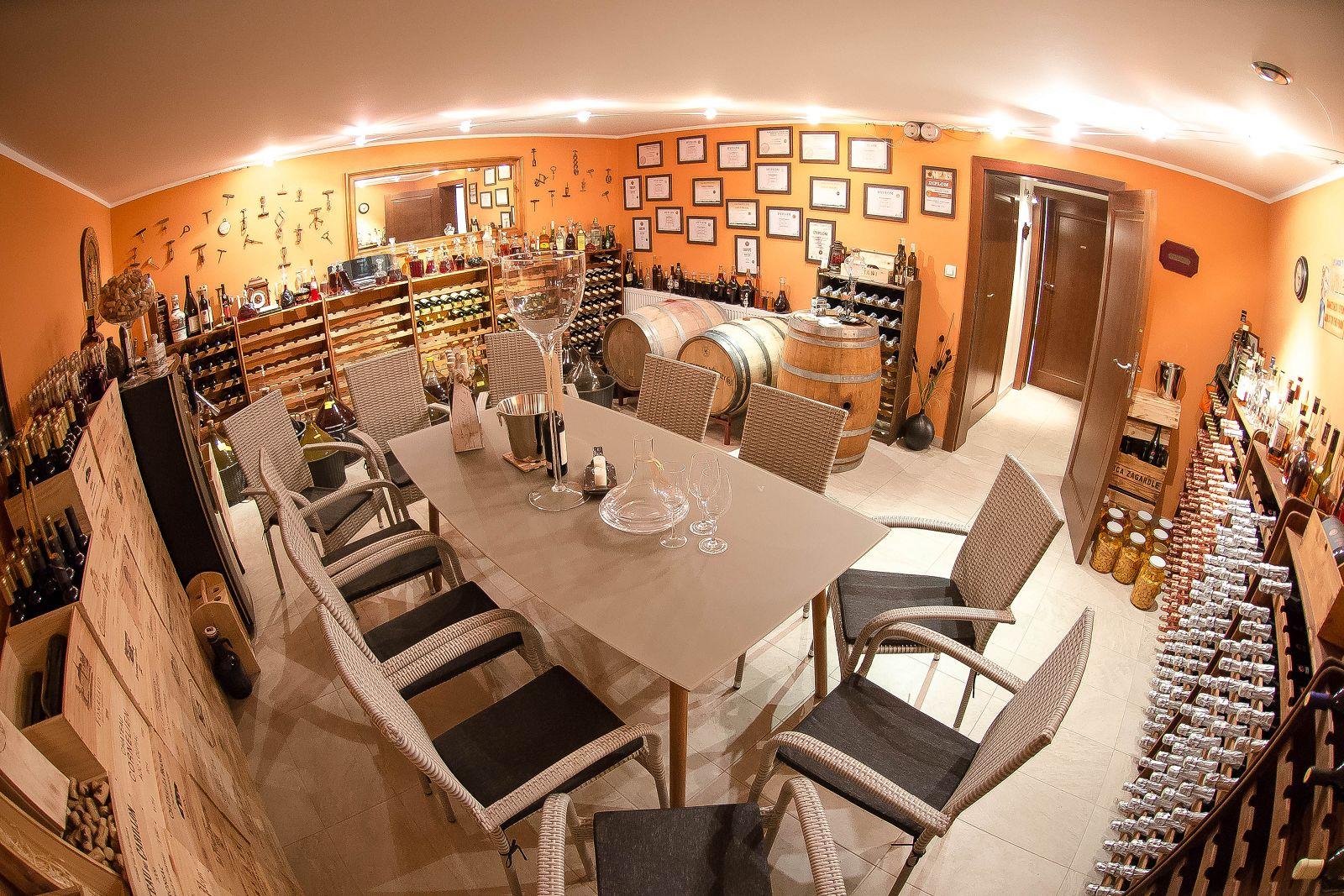 piwnica, winnica, zagardle, degustacja, spotkania, prelekcje, beczki, wino, winiarnia